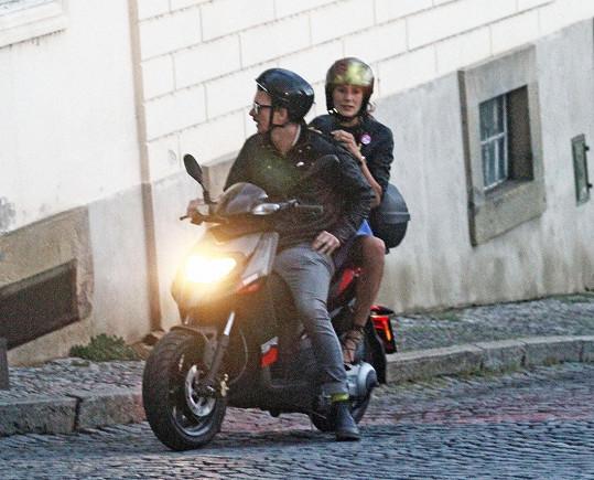 Tomáš Měcháček a Monika Timková spolu hrají v divadelní hře. Společně přijeli na Pražský hrad na skútru.