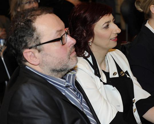 Jejího manžela Leoše hraje Josef Polášek.