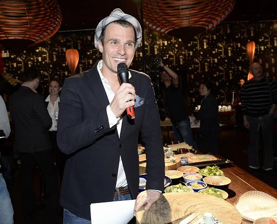Leoš Mareš moderoval představení nového thajského menu, sám prý ale vařit vůbec neumí.