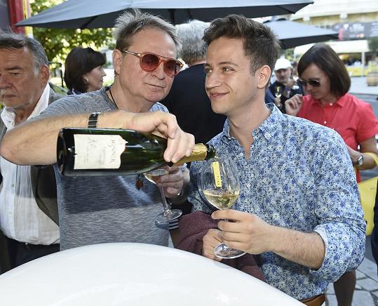 U hotelu Pupp popíjel francouzské šampaňské s Petrem Jančaříkem.