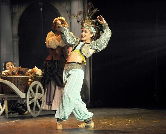 Ivana předvádí i taneční kreaci v úsporném kostýmu.