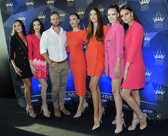 Na soutěž ho vyslala ředitelka soutěže Miss Czech Republic Taťána Makarenko (v červených koktejlkách mezi aktuálními vítězkami její soutěže)