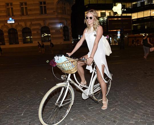 Po Praze se prohání na kole.