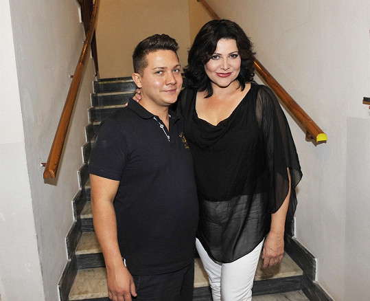 S umělcem a kosmetikem Pitym, jenž ji ztvárňuje v travesty show.