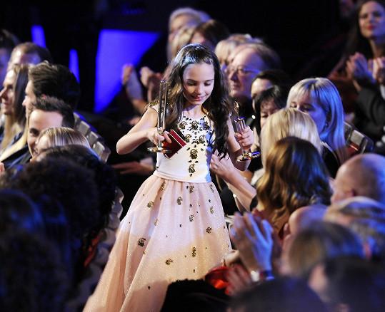 Charlotte přebírala cenu za Karla Gotta v šatech návrhářského dua Poner.