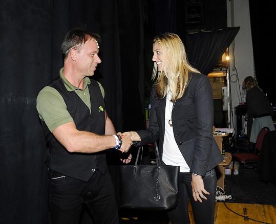 Petra se Zdeňkem Hrubým, který hraje jednu z hlavních rolí a je vášnivým tenistou. Vlastní dokonce tenisovou licenci na trénování.