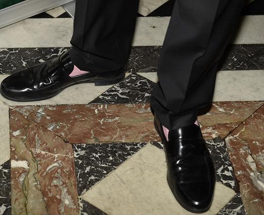 Světle růžové ponožky si obvykle muži nekupují...