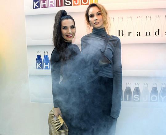 Na závěr pražského týdne módy vyrazila s kamarádkou Evou Decastelo.