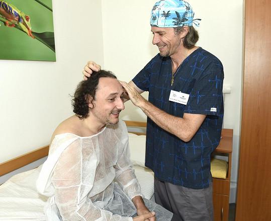 Nejdříve pan doktor kontroloval, kde budou vlasy přidávat.