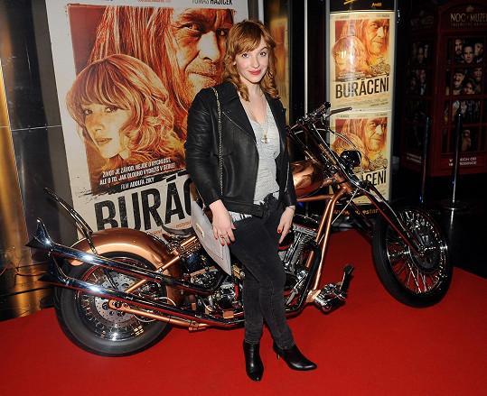 Vica s motorkou jen pózuje.