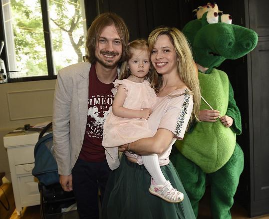 Lucie Černíková s manželem a dcerou na přehlídce dětského oblečení