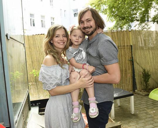 Lukáš Pavlík s manželkou, herečkou Lucií Černíkovou, a dcerou.