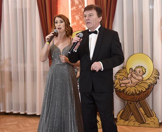 Monika a Pavel Trávníčkovi uváděli live stream galavečera na zámku Berchtold.