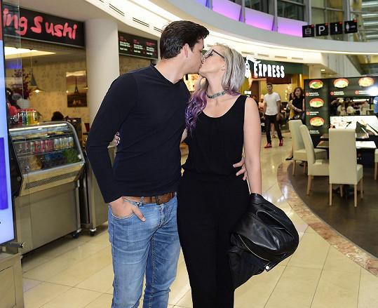Druhé rande v kině a už se museli smířit s všudypřítomnými fotografy.