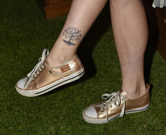 Tetování je jen namalované pro natáčení, ale nejde smýt.