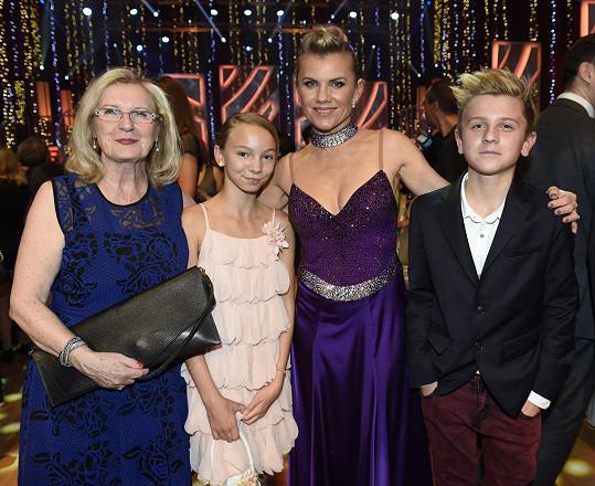 Leona Machálková měla v hledišti StarDance podporu rodiny.