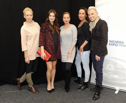Jitka s Katkou Mátlovou, Katkou Kristelovou, Lucií Šilhánovou a Kájou Pavlíčkem na veletrhu Interbeauty