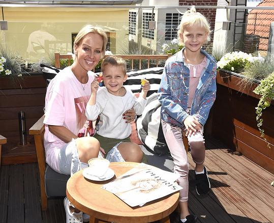 S dcerou Salmou a synem Neviem si bude užívat léto v Česku a na Slovensku.