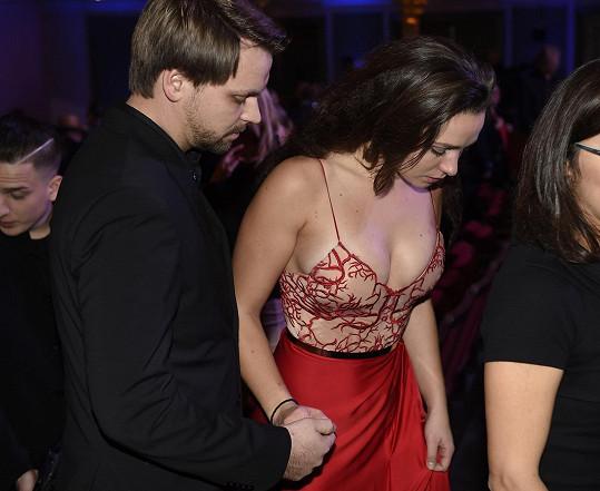 Snoubenka syna Karla Vágnera Josefa, brunetka Marlene, toho také ukázala dost.