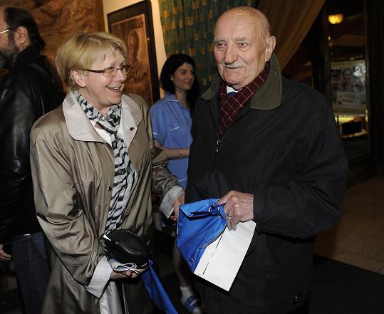 Po dlouhé době se v Básnících na filmovém plátně objevil i Josef Somr jako profesor Ječmen.
