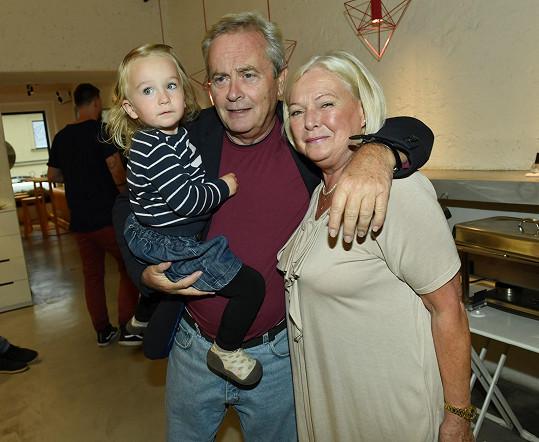 Manželé Hemalovi s vnučkou