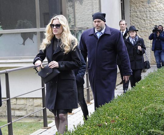 Leona Machálková při odchodu ze smutečního rozloučení.