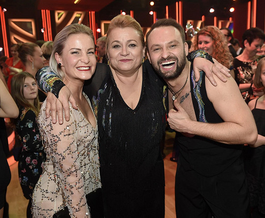 Marek Dědík s Pavlou Tomicovou měli z postupu obrovskou radost. Na snímku s Markovou manželkou Terezou.