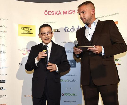 Bouček moderoval nejen tiskovku před odjezdem finalistek do Thajska, ale bude uvádět společně s Leošem Marešem v dubnu finále v pražském Obecním domě.