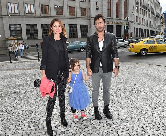 Sagvan Tofi s přítelkyní Alenou a jejich dcerou Satinkou.