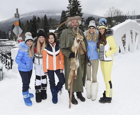 Mariana s modelkami, které představovaly novou zimní kolekci, a nezbytným Krakonošem.