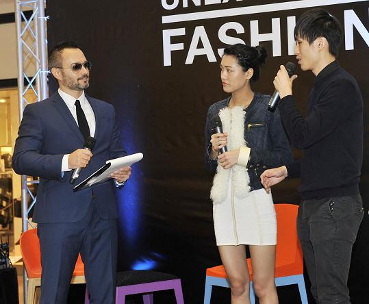 Šaty Slováčkové vznikly pomocí 3D tisku a 3D pera z dílny uznávaného hongkongského dua návrhářů Shigo. Asijští návrháři je na výstavu Unexpected Fashion do Centra Chodov přijeli exkluzivně představit osobně.