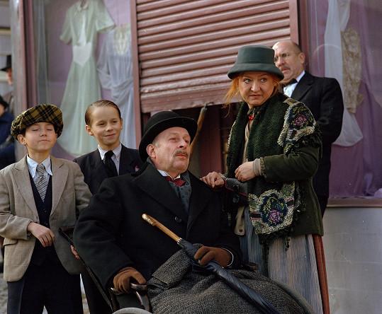 Jaroslav Pauer, Adam Novák, Stanislav Zindulka, Ludmila Zábršová-Molínová a Petr Nárožný si společně zahráli v populárním seriálu.