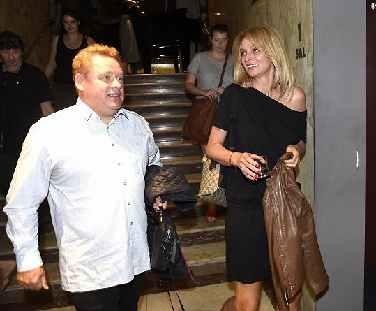 Herečka dorazila na tiskovku s kolegou Václavem Koptou.