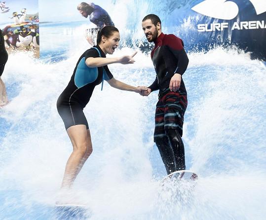 Na surfu jí pomáhal instruktor.