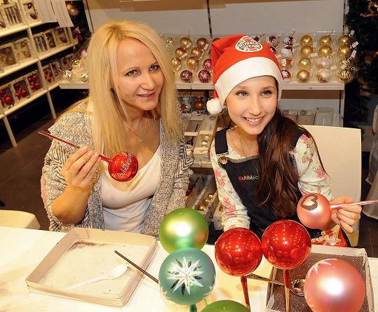 Natálka se učila zdobit vánoční ozdoby.