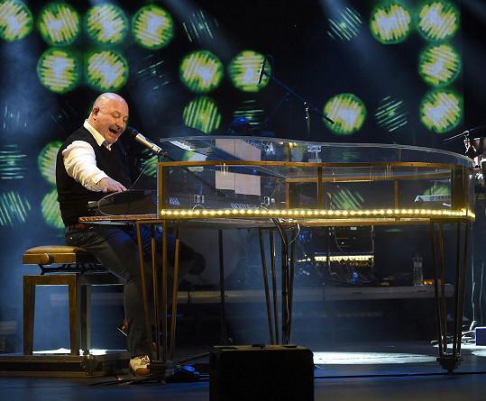 Michal David přiletěl do Česka na online koncert.