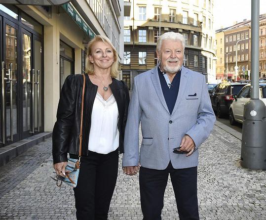 Autorův otec Milan Drobný s partnerkou