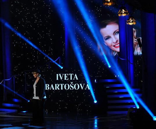 Scéna Královen popu při vzpomínce na Ivetu Bartošovou
