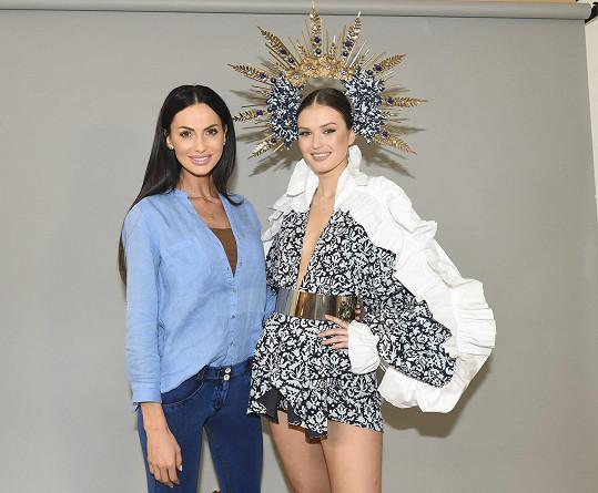 Eliška během focení s modelkou Klárou Vavruškovou