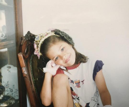 Postupně z ní vyrostla hezká dívenka.