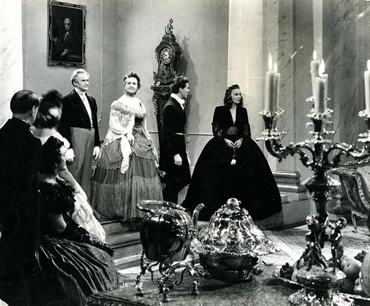 Vlasta Fabiánová hrála velice často krásné a elegantní dámy. Tady na snímku z filmu Housle a sen (1947).