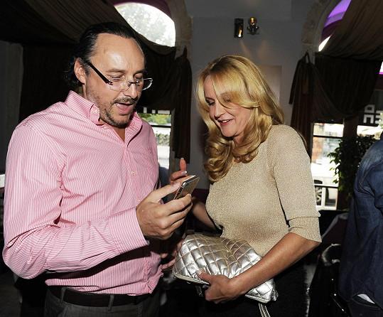 Vendula s kamarádem Marianem Vojtkem na křtu v Loca café baru.