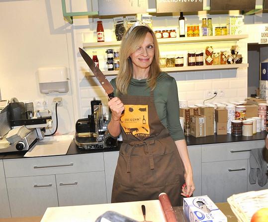 S nožem vypadala hodně nebezpečně.