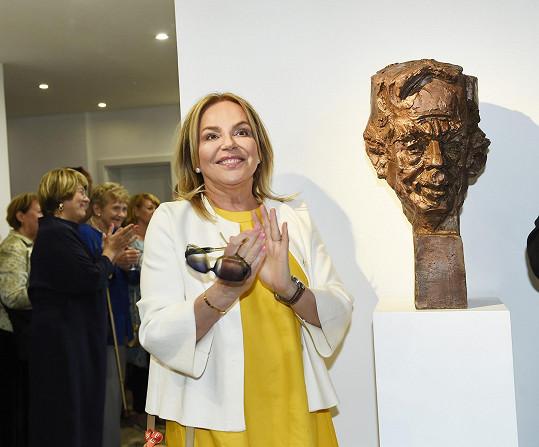Havlová s bustou zesnulého manžela.