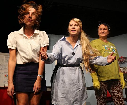 Tereza (vpravo) si v představení střihla roli uklízečky, Lea (uprostřed) hraje novinářku.