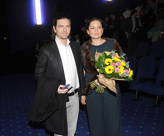 Do kina přišla s manželem Petrem Čadkem.