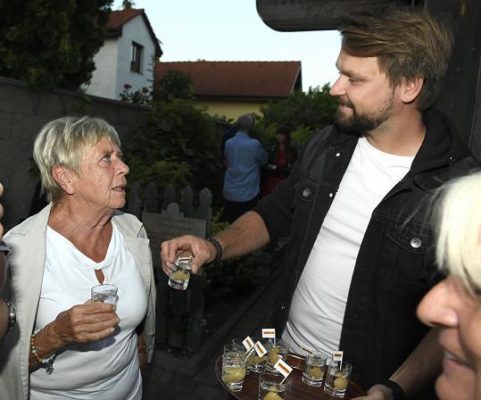 Zpěvák na party divadla s kolegyní Jaroslavou Obermaierovou