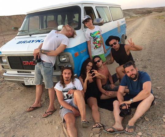 Znavený tým v pouštním vedru