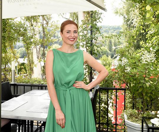 V dlouhých zelených šatech vypadala Romana skvěle.