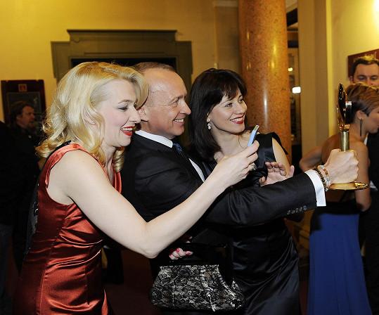 S Karlem si udělaly selfie i zpěvačka Dáša Zázvůrková s kamarádkou.
